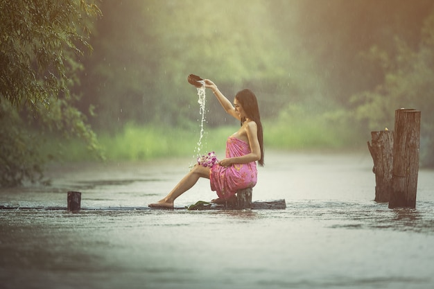 Mulheres sexy asiáticas tomando banho na chuva