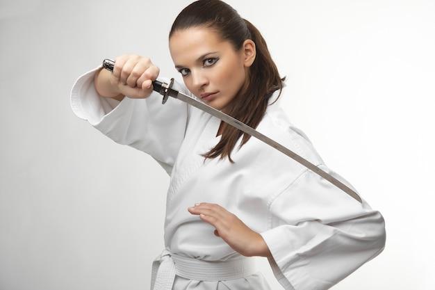 Mulheres sexy jovens atraentes com espada samurai
