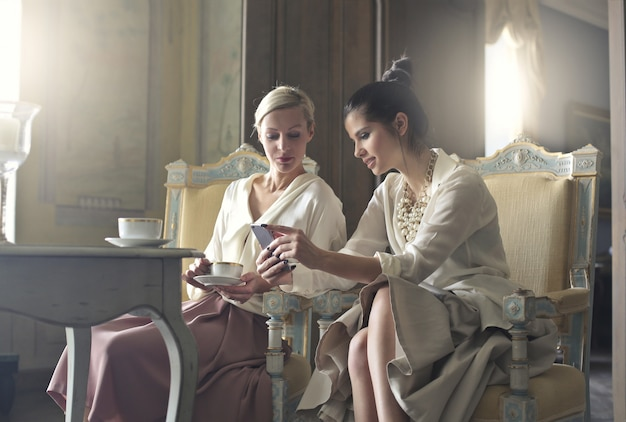 Mulheres sofisticadas elegantes