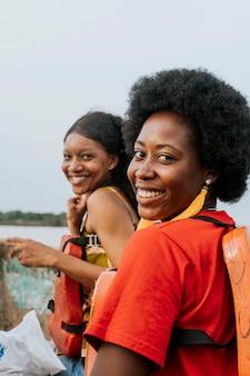 Mulheres sorridente de tiro médio posando