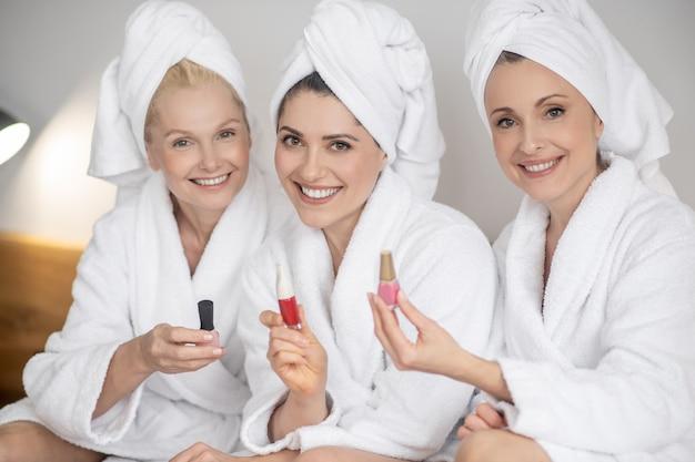 Mulheres sorridentes com esmalte nas mãos