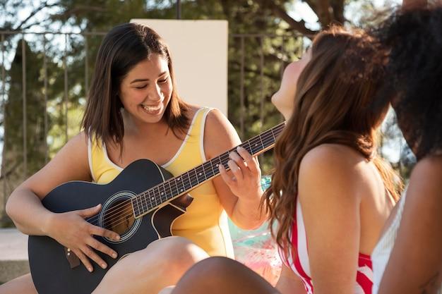 Mulheres sorridentes com música de perto