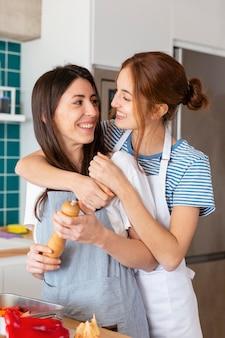 Mulheres sorridentes de tiro médio dentro de casa