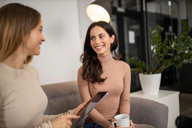 Mulheres sorridentes durante uma entrevista de rádio