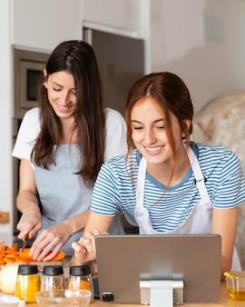 Mulheres sorridentes em casa, tiro médio