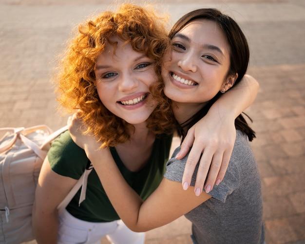Mulheres sorridentes em tiro médio juntas