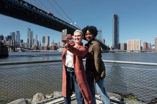 Mulheres sorridentes fazendo selfie uma foto média