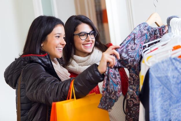 Mulheres sorridentes jovens compras