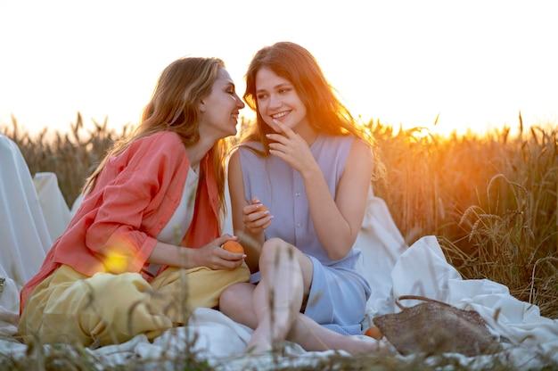 Mulheres sorridentes sentadas juntas
