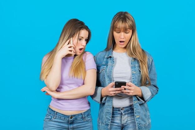 Mulheres surpreendidas pelo conteúdo do telefone