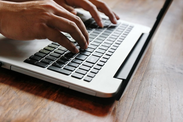 Mulheres, tela tocante, e, homem, digitando, laptop, ligado, tabela madeira