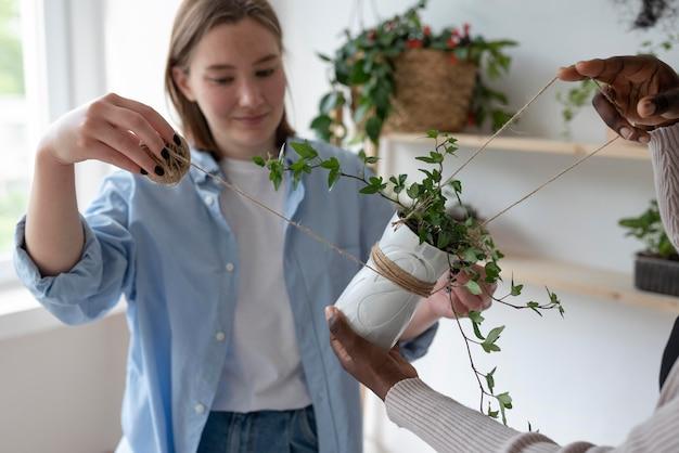 Mulheres tendo um jardim sustentável dentro de casa