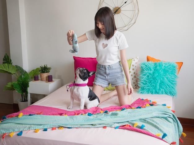 Mulheres, tocando, com, cachorros, cama