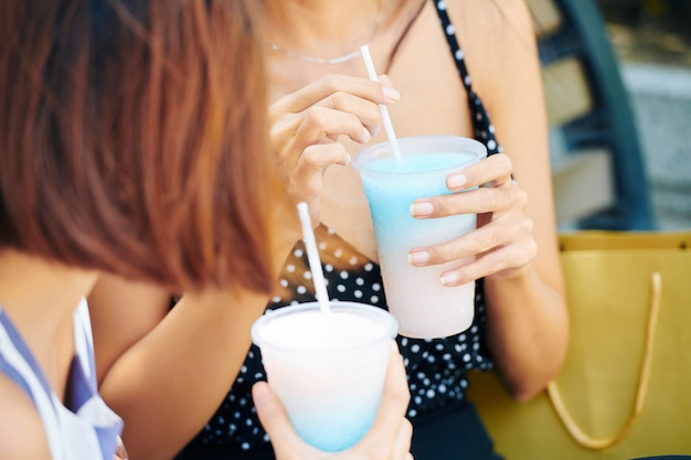 Mulheres tomando coquetéis de leite