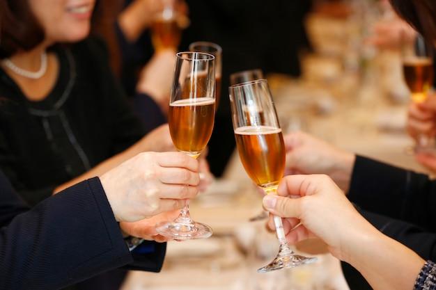 Mulheres torcendo com taças de champanhe