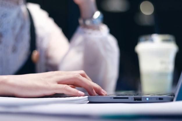 Mulheres trabalham em computadores no meio da noite.