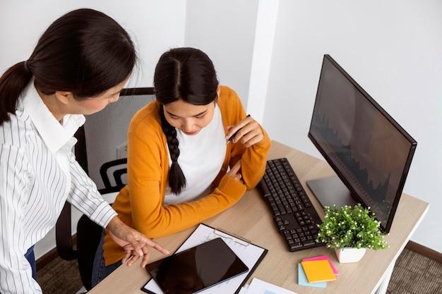 Mulheres trabalhando em um projeto inovador