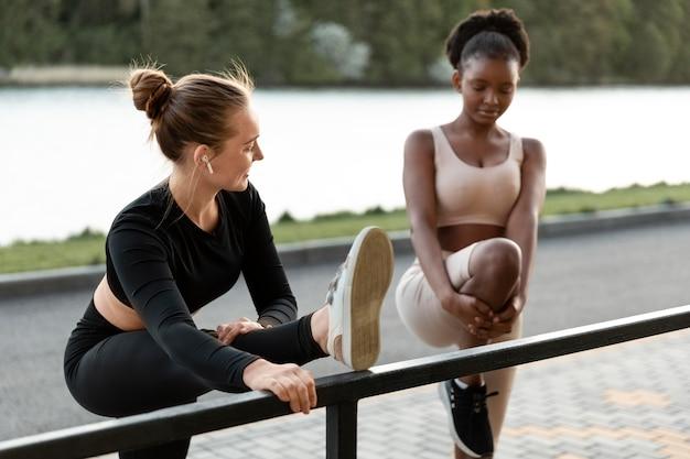 Mulheres trabalhando juntas ao ar livre