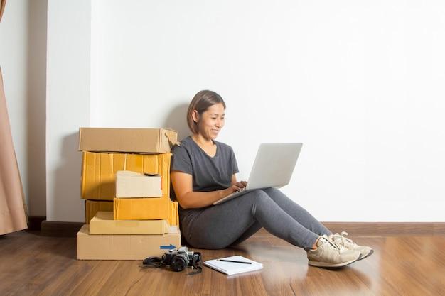 Mulheres, trabalhando, laptop, computador, casa