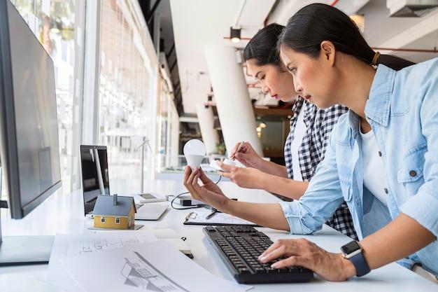 Mulheres trabalhando muito juntas por uma inovação