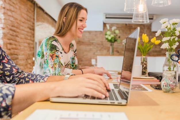 Mulheres trabalhando no escritório