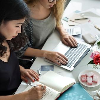 Mulheres, trabalhando, pequeno, negócio