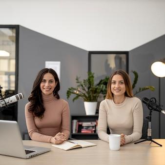 Mulheres transmitindo no rádio juntas