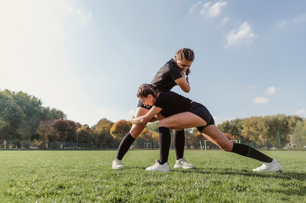 Mulheres treinando para uma partida de rugby