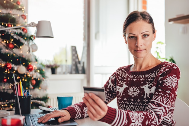 Mulheres usando cartão de crédito