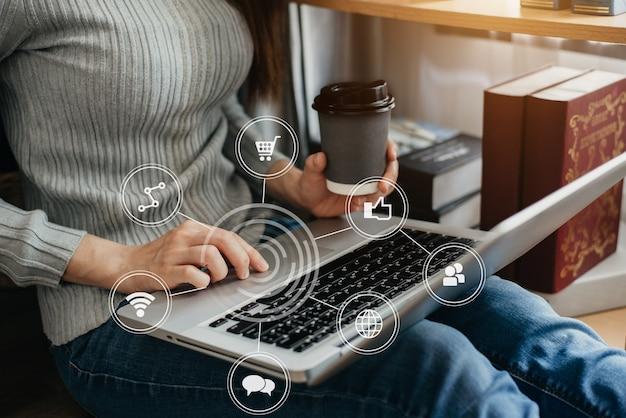 Mulheres usando compras on-line de pagamentos de laptop.
