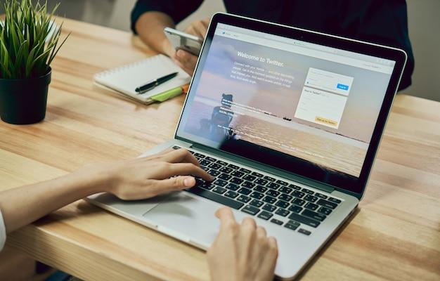 Mulheres usando laptop abrir o aplicativo twitter