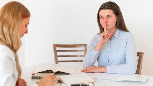 Mulheres usando linguagem de sinais para se comunicar