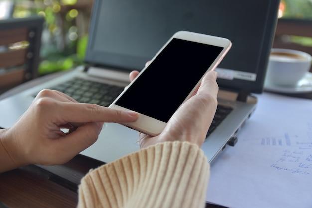 Mulheres usando telefone celular e computador