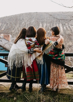 Mulheres usando xales russos tradicionais vintage se abraçando