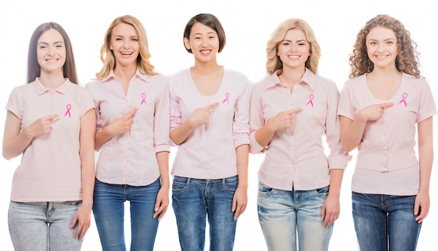 Mulheres vestindo fitas cor de rosa para apoiar a campanha contra o câncer de mama