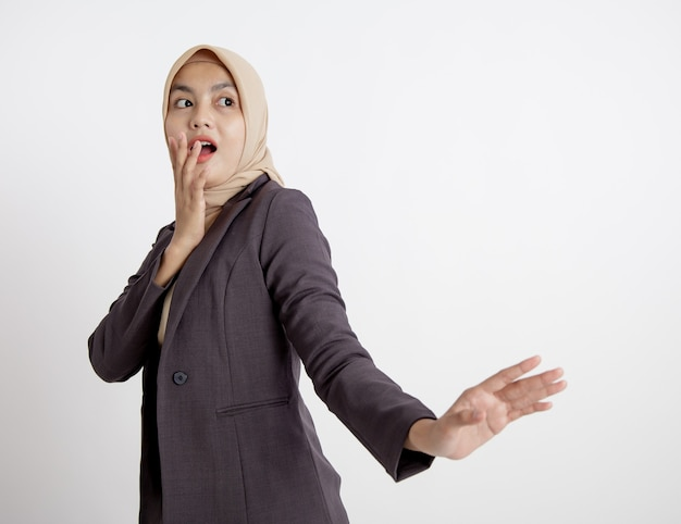 Mulheres vestindo ternos hijab surpresas olhando para o lado esquerdo dela, conceito de trabalho formal isolado fundo branco