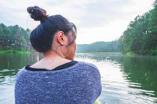 Mulheres, viajando, ao longo, a, rio