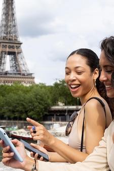 Mulheres viajando juntas em paris