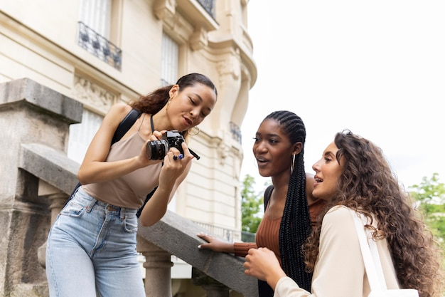 Mulheres viajando juntas na frança
