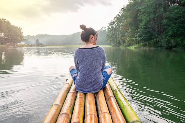 Mulheres, viajando, por, bote