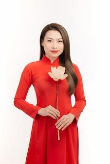 Mulheres vietnamitas bonitas usam vestidos tradicionais com flor de lótus na mão
