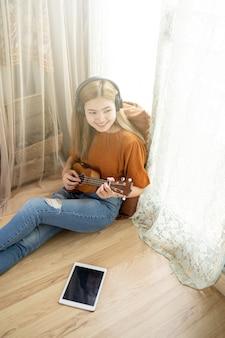 Mulheres, violão jogo, em, a, sala de estar, casa