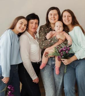 Mulheres vista frontal, segurando um bebê