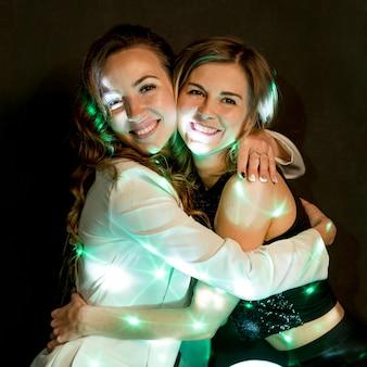 Mulheres vista lateral, abraçando