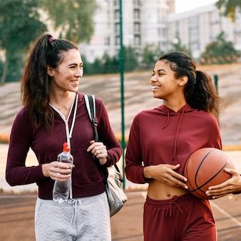Mulheres voltando para casa depois de um jogo de basquete