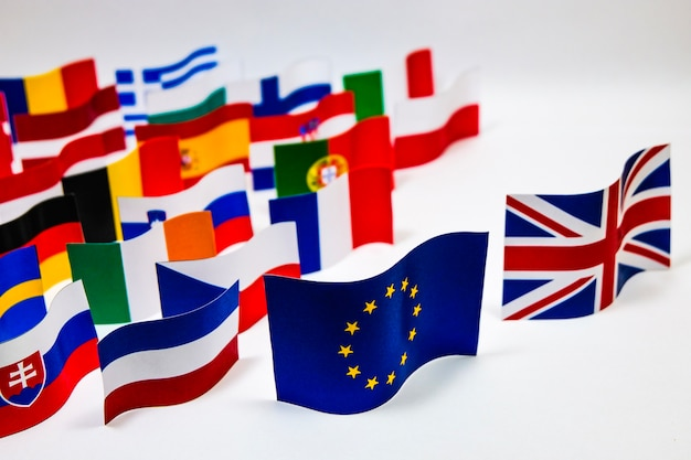 Multi bandeira da cor da união europeia com fundo branco para a saída britânica.