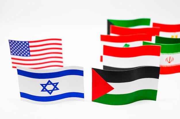 Multi bandeiras da cor de israel e de palestina no fundo branco.