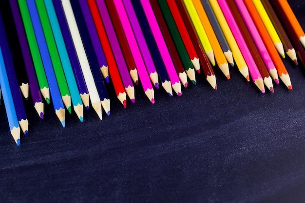 Multi colorido lápis em fundo preto