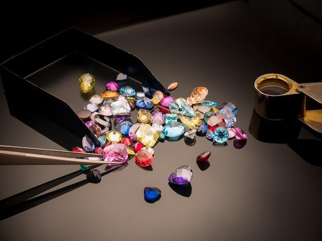 Multi cor de pedra preciosa ou jóia na mesa de brilho