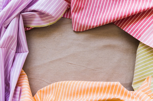 Multi listras coloridas roupas formando moldura